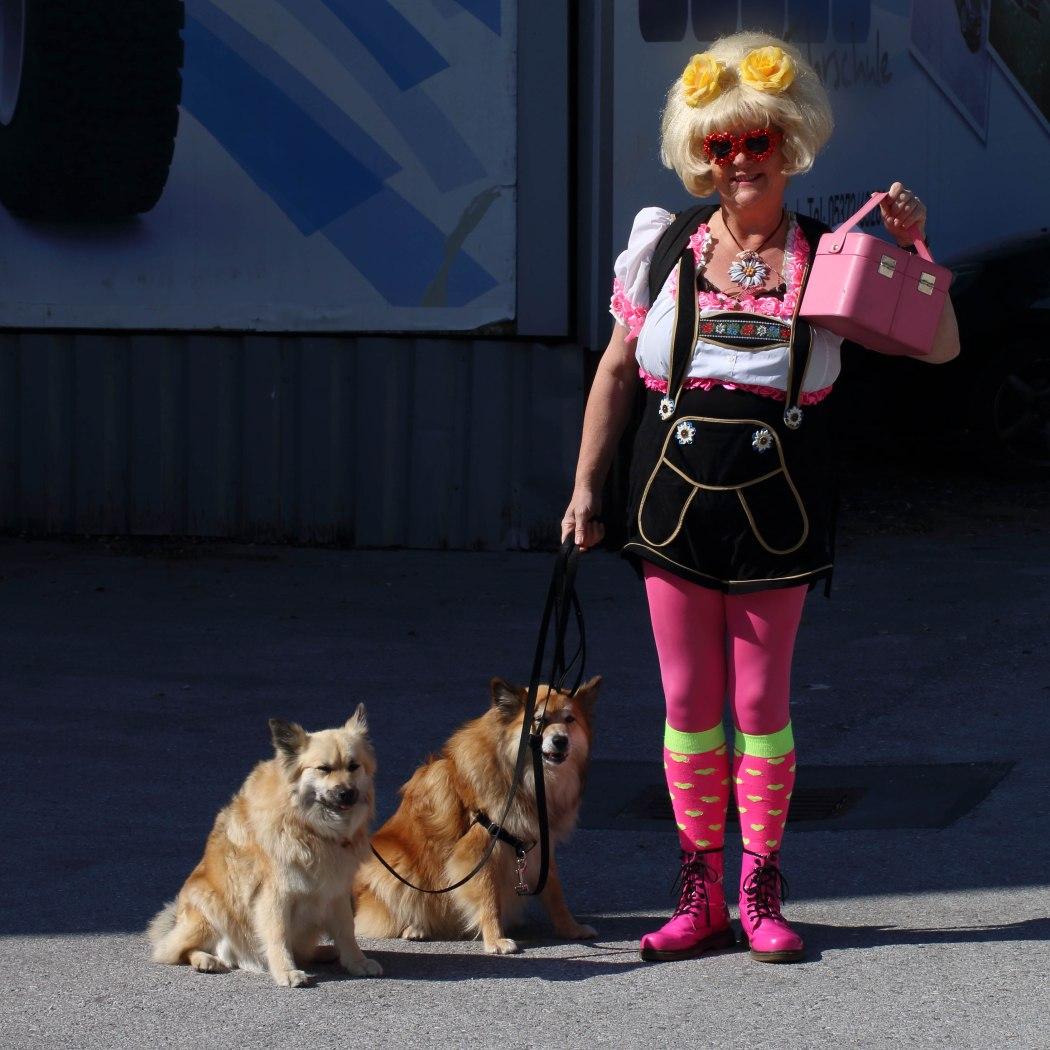 gre-parelmoer-met-de-ijslandse-honden